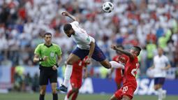Gelandang Inggris, Ruben Loftus-Cheek, berebut bola dengan gelandang Panama, Anibal Godoy, pada laga grup G Piala Dunia di Stadion Nizhny Novgorod, Nizhny Novgorod, Minggu (24/6/2018). Inggris menang 6-1 atas Panama. (AP/Victor Caivano)