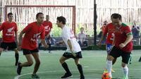 Menteri Pemuda dan Olah Raga Imam Nahrowi (kanan) bermain Futsal bersama Marc Marquez dan Dani Pedrosa di Lapangan Futsal Kuningan Village, Sabtu (13/2/2016). (Bola.com/Nicklas Hanoatubun)