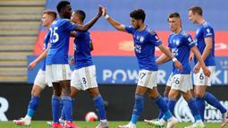 Penyerang Leicester City, Ayoze Perez (tengah kanan) bersama rekan setimnya merayakan gol ke gawang Sheffield United dalam lanjutan Liga Inggris pekan ke-36 di Stadion King Power, Kamis (16/7/2020). Leicester City sukses menggulung tamunya, Sheffield United dengan skor 2-0. (Cath Ivill/Pool via AP)