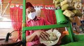 Pedagang membuat toge goreng di perkampungan Budaya Betawi, Setu Babakan, Jakarta, Sabtu (8/8/2020). Selama pandemi Covid-19 pedagang yang biasa mangkal di objek wisata tersebut sepi pembeli meski pada hari libur atau Sabtu dan Minggu. (Liputan6.com/Fery Pradolo)