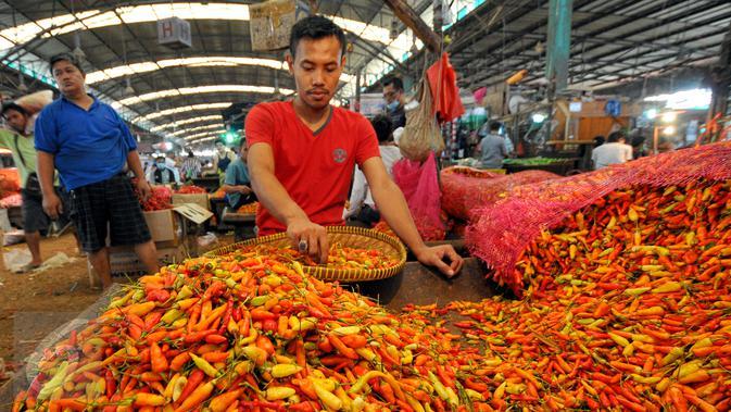 Permintaan yang banyak untuk cabai di awal ramadan membuat harga cabai mengalami kenaikan, Pasar Induk Kramat Jati, Jakarta, Jumat (19/6/2015). Harga Cabai Rawit naik dari harga Rp16 ribu menjadi Rp20 ribu/kg. (/Yoppy Renato)