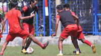 Gelandang Arema, Hanif Sjahbandi coba melewati beberapa pemain dalam sesi latihan. (Iwan Setiawan/Bola.com)
