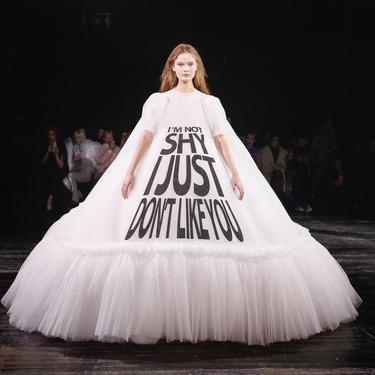 Ada Gaun Meme Unik Di Paris Haute Couture Fashion Week Fashion Fimela Com