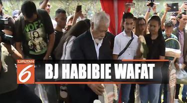 Di pusara Habibie, Xanana berdoa memberikan penghormatan dan menaburkan bunga. Kedekatan keduanya membuat duka mendalam dirasakan tokoh kemerdekaan Timor Leste itu.