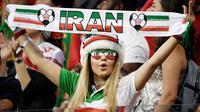 Suporter Iran saat menyaksikan laga melawan Portugal pada laga Piala Dunia di Stadion Mordovia, Rusia, Senin (25/6/2018). Iran bermain imbang 1-1 dengan Portugal. (AFP/Filippo Monteforte)