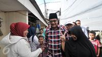Cawagub DKI Jakarta, Djarot Saiful Hidayat mendatangi warga di Jalan Kemenyan, Ciganjur, Jakarta, Rabu (15/3). Selain mendengarkan keluhan warga, Djarot juga meninjau lokasi warga yang sering terkena banjir. (Liputan6.com/Yoppy Renato)