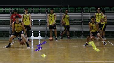 Pebasket Indonesia saat sesi latihan di GBK Arena, Jakarta, Senin, (14/9). Latihan tersebut untuk persiapan SEA Games 2019. (Bola.com/M Iqbal Ichsan)