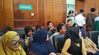Mulan Jameela mendampingi Ahmad Dhani dalam sidang lanjutan dugaan kasus pencemaran nama baik di PN Surabaya. (Liputan6.com/Dian Kurniawan)