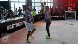 Raphael Maitimo (kiri) dan Ramdani Lestaluhu saat beraksi di Turnamen '2 vs 2, control vs destroy' yang digelar aparel ternama, Adidas di Kawasan Kuningan, Jakarta, Sabtu (8/8/2015). (Liputan6.com/Johan Tallo)