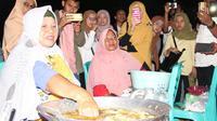 Mengenal Ta Nou, cara menggoreng pisang dengan mencelupkan tangan ke dalam minyak panas. (Liputan6.com/Arfandi Ibrahim)