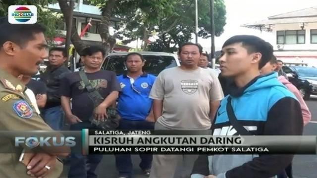 Pengemudi ojek online di Salatiga, Jawa Tengah ini diserahkan oleh ratusan sopir angkot ke kantor Pemkot. Apa sebabnya?