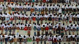 Santri melakukan salat berjamaah di Pesantren Tarbiyah Islamiyah Ar-Raudlatul Hasanah, Medan, Sumatera Utara (21/5). Kegiatan ini rutin dilakukan saat bulan suci Ramadan. (Liputan6.com/Reza Perdana)