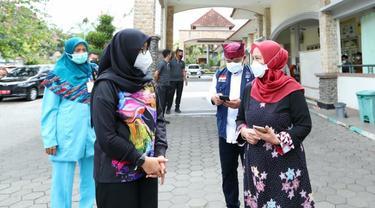 Ipuk Fiestiandani (kiri) mendatangi sejumlah rumah sakit Covid-19 di RS Banyuwangi (Dian Kurniawan/Liputan6.com)