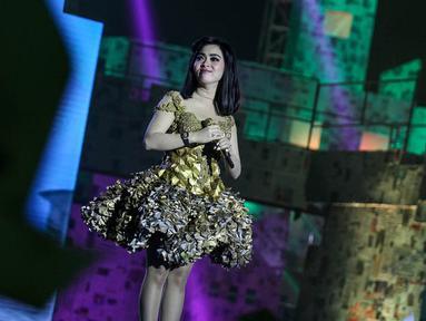 Syahrini mencuri perhatian dengan gaun emas di acara ulang tahun salah satu stasiun TV swasta, Jakarta, (8/10/14).(Liputan6.com/Faizal Fanani)