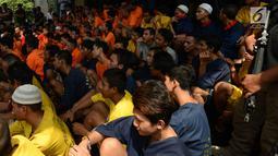 Para tersangka dihadirkan dalam gelar perkara kejatahan wilayah Jabodetabek di Polda Metro Jaya, Jakarta, Jumat (15/3). Tim Antibandit Polda Metro Jaya menjamin keamanan masyarakat dalam beraktivitas sehari-hari. (merdeka.com/Imam Buhori)