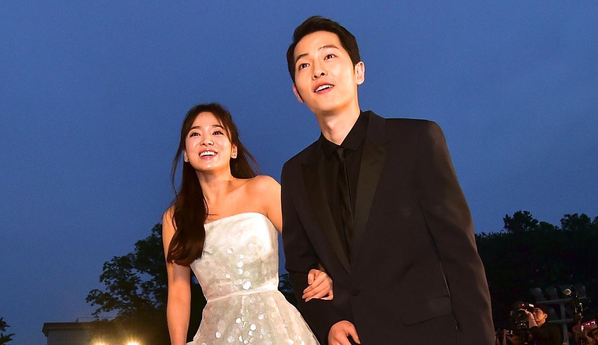 Song Joong Ki dan Song Hye Kyo merupakan pasangan yang sangat disukai oleh publik. Bahkan banyak pihak yang berharap agar pasangan yang dijuluki Song Song Couple ini didoakan punya anak. (JUNG YEON-JE/AFP)