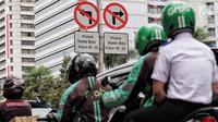 Pengendara sepeda motor melintas di jalan MH.Thamrin - Medan Merdeka Barat, Jakarta, Selasa (7/11). Gubernur DKI Jakarta Anies Baswedan berencana menghapus larangan sepeda motor melintas di Jalan Sudirman-Thamrin. (Liputan6.com/Faizal Fanani)