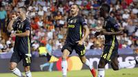 Gelandang Juventus, Miralem Pjanic, melakukan selebrasi usai membobol gawang Valencia pada laga Liga Champions di Stadion Mestalla, Valencia, Rabu (19/9/2018). Juventus menang 2-0 atas Valencia. (AP/Alberto Saiz)