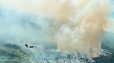 Kepulan asap tebal hasil kebakaran lahan yang terpantau oleh pesawat tempur dari Lanud Roesmin Nurjadin Pekanbaru.