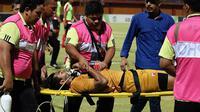 Kiper Madura United, Satria Tama, dilarikan ke rumah sakit setelah berbenturan dengan striker Persipura, Hilton Moreira, Sabtu (20/10/2018) di Stadion Gelora Ratu Pamelingan, Pamekasan. (Bola.com/Aditya Wany)