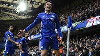 Gelandang Chelsea, Marcos Alonso, merayakan gol yang dicetaknya ke gawang Arsenal pada laga Liga Inggris di Stadion Stamford Bridge, Inggris, Sabtu (4/2/2017). Chelsea menang 3-1 atas Arsenal. (EPA/Will Oliver)