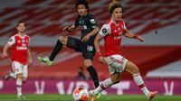 Gelandang Liverpool, Takumi Minamino berusaha mengumpan bola dari kawalan bek Arsenal, David Luiz pada pertandingan lanjutan Liga Inggris di Stadion Emirates di London (15/7/2020). Arsenal menang tipis 2-1 atas Liverpool.  (Shaun Botterill/Pool via AP)
