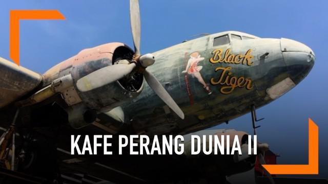 Sebuah kafe mengusung tema Perang Dunia II di Thailand. Menghadirkan pesawat, rudal dan kotak amunisi sebagai dekorasi.