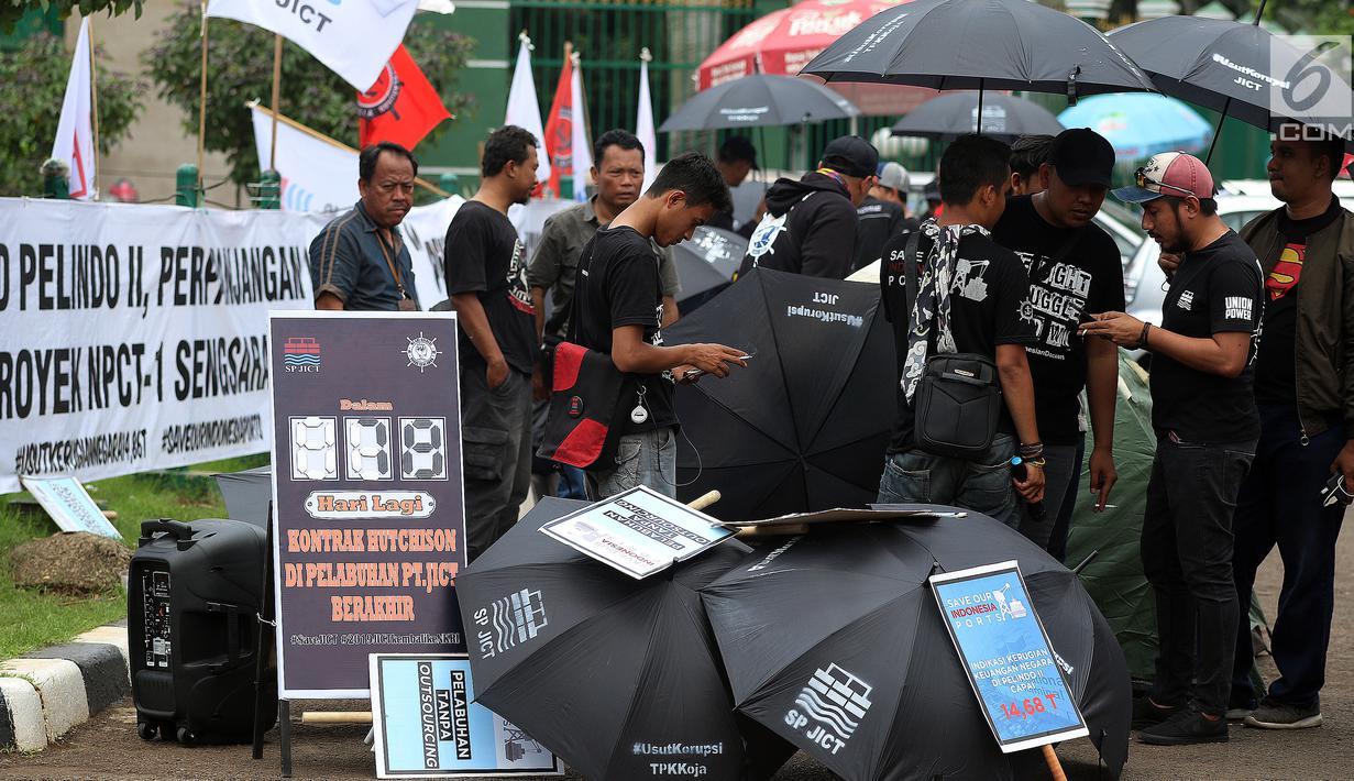 Serikat Pekerja Jakarta International Container Terminal (SP JICT) dan segenap pekerja pelabuhan Indonesia menggelar aksi Gerakan Pengembalian Aset Bangsa JICT dan Keadilan Bagi Pekerja di Gedung DPR RI, Jakarta, Selasa (8/1). (Liputan6.com/Johan Tallo)