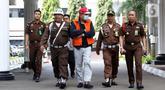 Buronan koruptor Atto Sakmiwata Sampetoding (tengah) digiring petugas di Gedung Kejaksaan Agung, Jakarta, Kamis (21/11/2019). Tim Kejagung bersama Ditjen Imigrasi dan KBRI Kuala Lumpur memulangkan buronan koruptor Rp 24 miliar yang telah divonis 5 tahun penjara. (Liputan6.com/Helmi Fithriansyah)