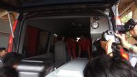 Jenasah korban kapal cepat Awet Muda yang tenggelam yang sudah teridentifikasi dibawa pulang oleh keluarganya (Liputan6.com / Nefri Inge)
