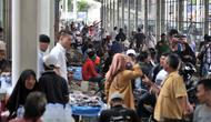 Pedagang kaki lima (PKL) dan sejumlah ojek mangkal di Jalan Jatibaru, Tanah Abang, Jakarta, Selasa (23/10). Kesemrawutan di Jalan Jatibaru ditambah parah dengan adanya pejalan kaki yang nekat melintasi pagar pembatas. (Merdeka.com/Iqbal Nugroho)