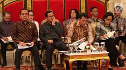 Sejumlah menteri mencatat paparan Presiden Joko Widodo dalam Sidang Kabinet Paripurna di Istana Negara, Jakarta, Senin (12/2). Pertama, Jokowi mengimbau para menteri terkait momentum pertumbuhan ekonomi yang semakin meningkat. (Liputan6.com/Angga Yuniar)