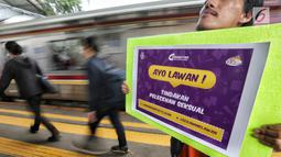 Komunitas pengguna KRL melakukan aksi simpatik cegah pelecehan seksual di Stasiun Tanah Abang, Jakarta, Jumat (9/2). Mereka mengajak pengguna KRL untuk mencegah pelecehan seksual di transportasi umum. (Liputan6.com/Fery Pradolo)