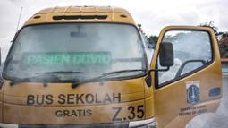 Pengasapan antibakteri pada bus sekolah di Pool Unit Pelayanan Angkutan Sekolah (UPAS) DKI Jakarta, Kramat Jati, Selasa (5/1/2021). Sterilisasi dan pengasapan antibakteri bus sekolah dilakukan usai digunakan mengangkut pasien terpapar Covid-19 menuju rumah sakit rujukan. (merdeka.com/Iqbal Nugroho)