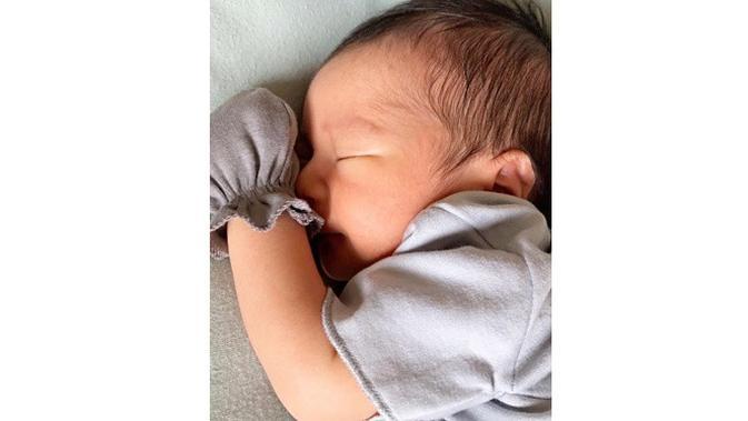 6 Potret Rasheed Ravindra Radinal, Bayi Nabila Syakieb yang Imut dan Tampan (sumber: Instagram.com/nsyakieb85)