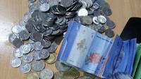 Anak langgar masa isolasi, pria ini bayar denda dengan uang tabungan celengannya. (Sumber: World of Buzz)