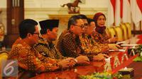 Ketua MPR Zulkifli Hasan, beserta sejumlah Wakil Ketua yang terdiri dari MPR Oesman Odang Sapta, Hidayat Nur Wahid, Mahyudin, dan EE Mangindaan saat menggelar pertmuan dengan Presiden Jokowi di Istana, Jakarta, Selasa (24/1). (Liputan6.com/Angga Yuniar)