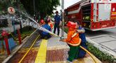 Petugas pemadam kebakaran mengajari anak-anak TK cara memadamkan api di Jakarta, Kamis (21/3). Kegiatan ini bertujuan mengenalkan profesi pemadam kebakaran dan memberi pengetahuan proses pemadaman api kepada anak usia dini. (merdeka.com/Imam Buhori)