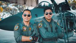 Perankan karakter pilot, Deva pun membelah langit nusantara dengan ditemani pilot pesawat tempur bernama Dharma Gultom. Saat keduanya berpose nampak seperti rekan yang kompak dalam menjalankan misi. (Liputan6.com/IG/@devamahenra)