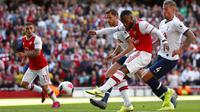 Striker Arsenal, Alexandre Lacazette, melepaskan tendangan ke gawang Tottenham Hotspur pada laga Premier League 2019 di Stadion Emirates, Minggu (1/9). Kedua tim bermain imbang 2-2. (AP/Alastair Grant)