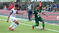 Kapten Persebaya Surabaya, Rendi Irwan (kanan) mencoba melewati adangan pemain Arema FC, Hendro Siswanto pada lanjutan Liga 1 Indonesia 2018 di Stadion Gelora Bung Tomo, Surabaya (6/5/2018). Persebaya Surabaya menang tipis 1-0. (Bola.com/Aditya Wany)