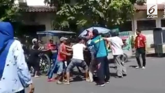 Keributan terjadi di sebuah jalanan di Kota Purbalingga. Seekor kuda penarik delman mengamuk dan gigit lengan warga.