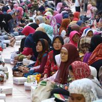 Umat muslim wanita saat menunggu buka puasa di Masjid Istiqlal, Jakarta, Jumat (10/6). Masjid Istiqlal selama sebulan menyediakan 3.000-4.000 boks nasi untuk berbuka puasa. (Liputan6.com/Immanuel Antonius)