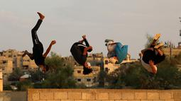 Sejumlah pemuda Palestina yang mengenakan masker berlatih parkour selama pemberlakuan karantina wilayah (lockdown) di tengah wabah COVID-19, di Kota Khan Younis, Jalur Gaza selatan (18/9/2020). (Xinhua/Yasser Qudih)