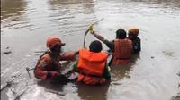 Seorang anak yang hanyut di sungai Banjir Kanal Barat, Jembatan Besi, Jakarta Barat akhirnya ditemukan.  Tim SAR gabungan menemukan Andi (12) dalam keadaan tidak bernyawa sekitar pukul 08.10 WIB pada Rabu (18/3/2020). (Foto:Liputan6/Ady Anugrahadi)