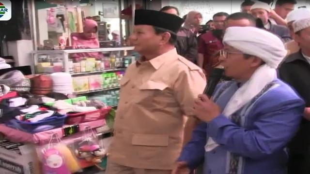 Dihadapan para santri, Prabowo memberikan wejangan dan sesekali tampak bercengkrama dengan AA Gym yang dianggap sebagai kawan lama.