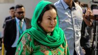 Rosmah Mansor, istri mantan Perdana Menteri (PM) Malaysia Najib Razak, mendatangi kantor Komisi Antikorupsi Malaysia (MACC) di Putrajaya, Rabu (26/9). Rosmah yang didampingi pengacaranya tidak memberikan pernyataan apapun kepada wartawan. (AFP)