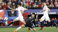 Aksi pemain Manchester United, Alexis Sanchez berusaha merebut bola dari kaki pemain Sevilla, Jesus Navas pada laga 16 besar Liga Champions di Ramon Sanchez Pizjuan stadium, Seville, (21/2/2018). Babak pertama berakhir imbang 0-0.(AP/Miguel Morenatti)