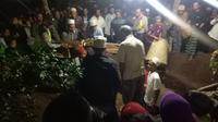 Pemakaman tiga anak yang diminumkan racun oleh ibu di Jombang. (Liputan6.com/Dian Kurniawan)