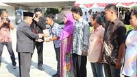 Pemberian paspor secara simbolis kepada 16 orang wakil WNI dari 16 wilayah di Mindanao Selatan, Filipina dilakukan pada saat perayaan HUT ke-73 Kemerdekaan RI (KJRI Davao City)